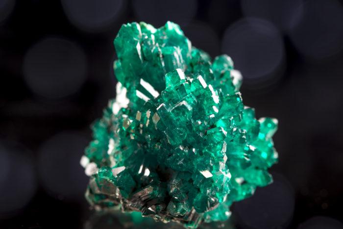 翠銅鉱(ダイオプテース、クラスタ状)〈コンゴ産〉−1